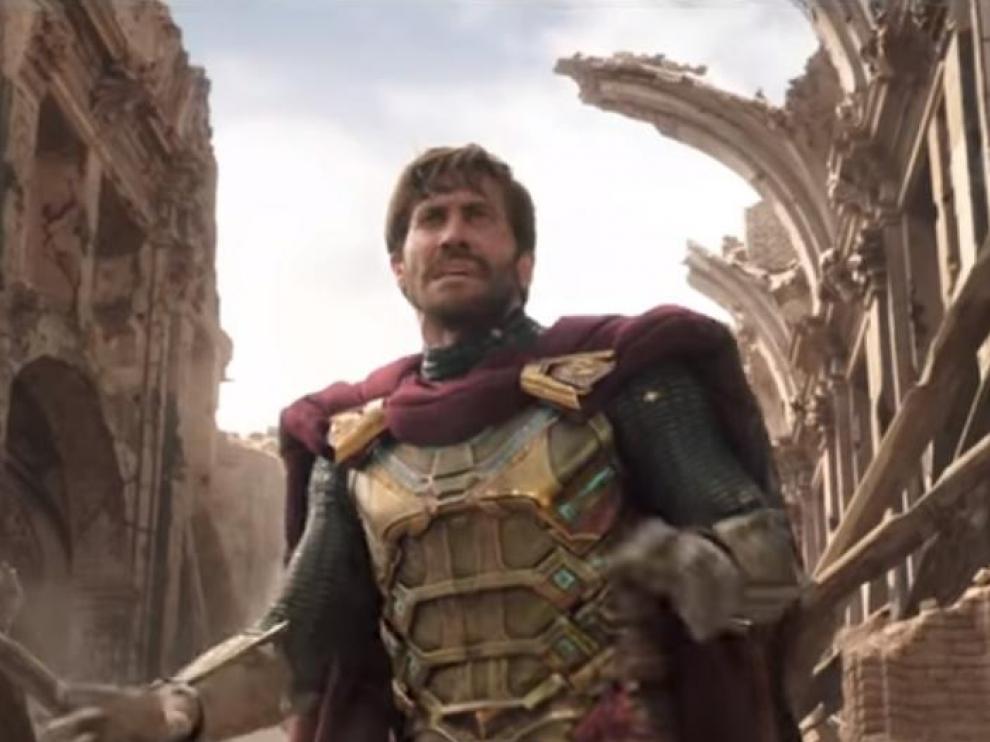 Jake Gyllenhaal, que interpreta a Mysterio, en una escena con Belchite al fondo