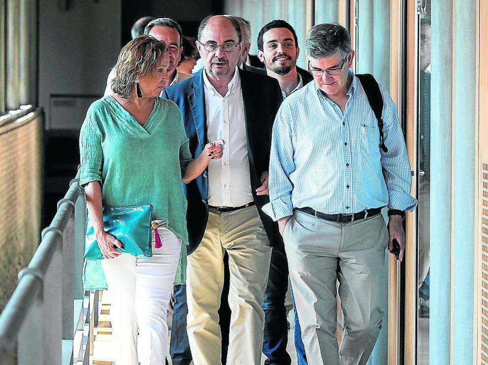 En primera fila, Mayte Pérez, Javier Lambán y Vicente Guillén se dirigen a la primera reunión del grupo socialista en las Cortes.