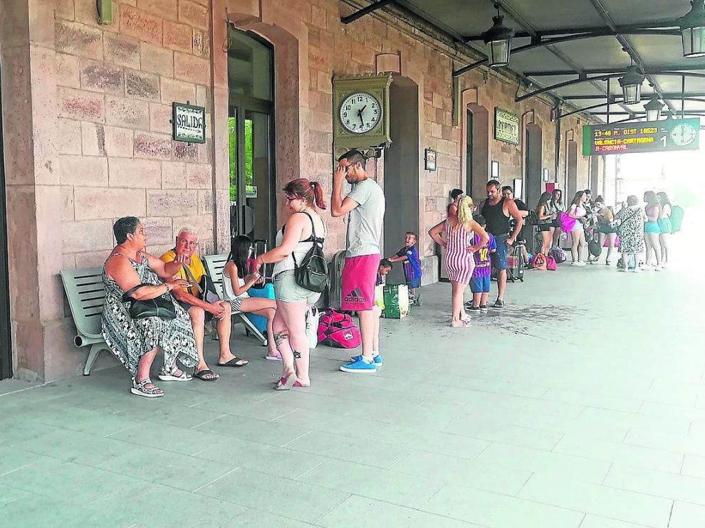 Viajeros en la estación ferroviaria de la capital turolense esperaban ayer para subir al tren con destino a Valencia.