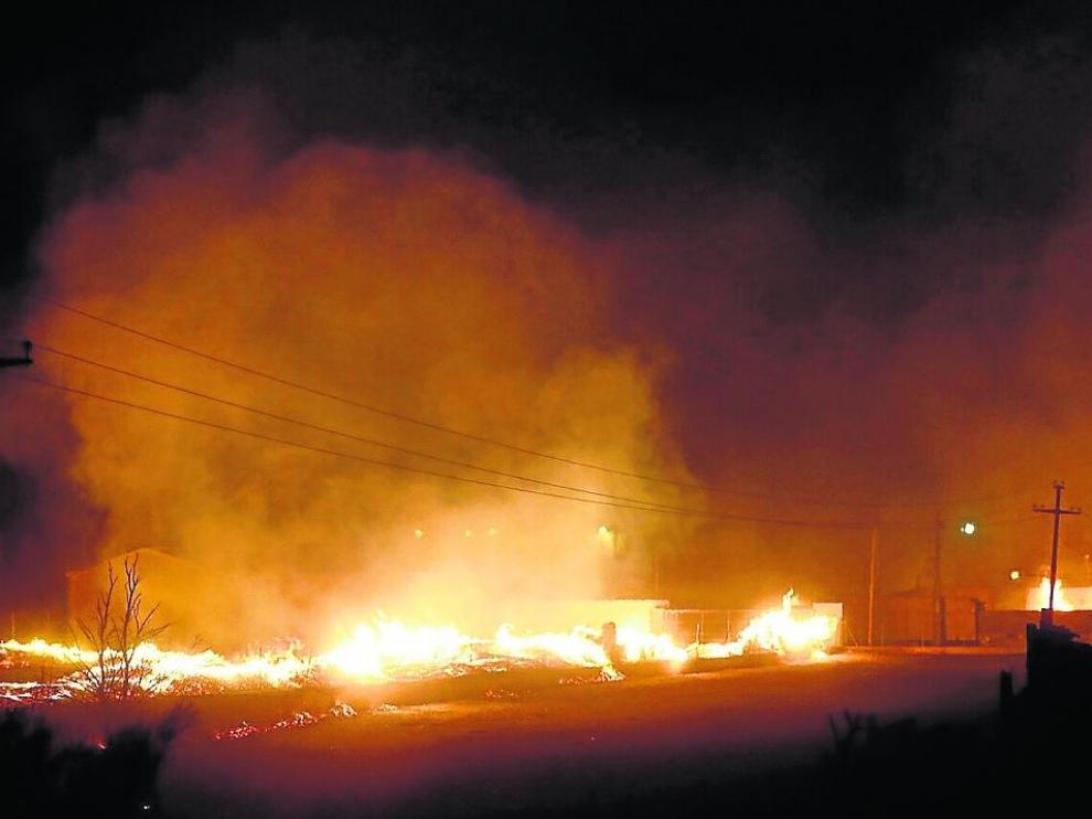 Las llamas provocaron una intensa humareda y cuatro viviendas fueron desalojadas