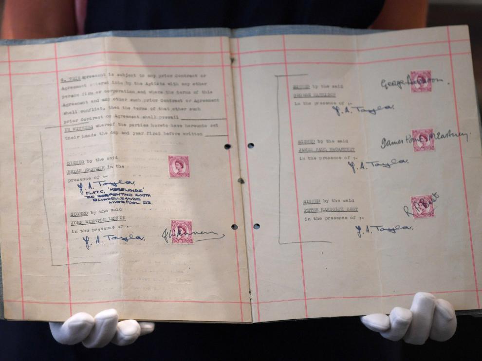 Primer contrato firmado por los Beatles y su representante Brian Epstein, subastado por Sotheby's.