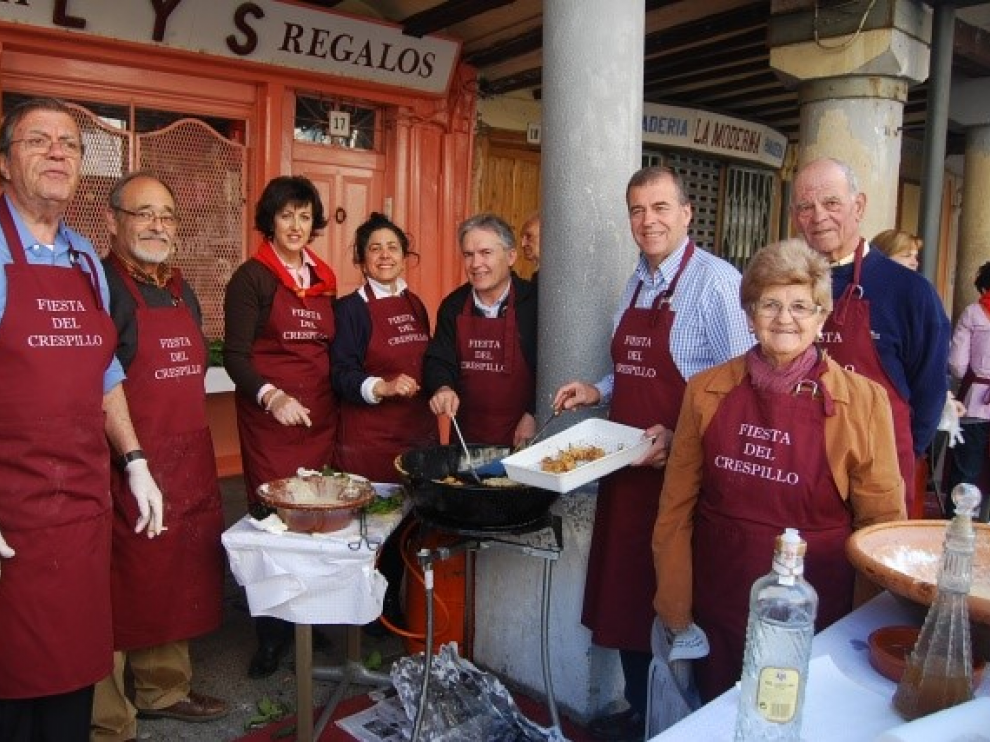 Joaquín Coll en una fiesta del Crespillo, segundo por la derecha, junto a un hombre de camisa azul.