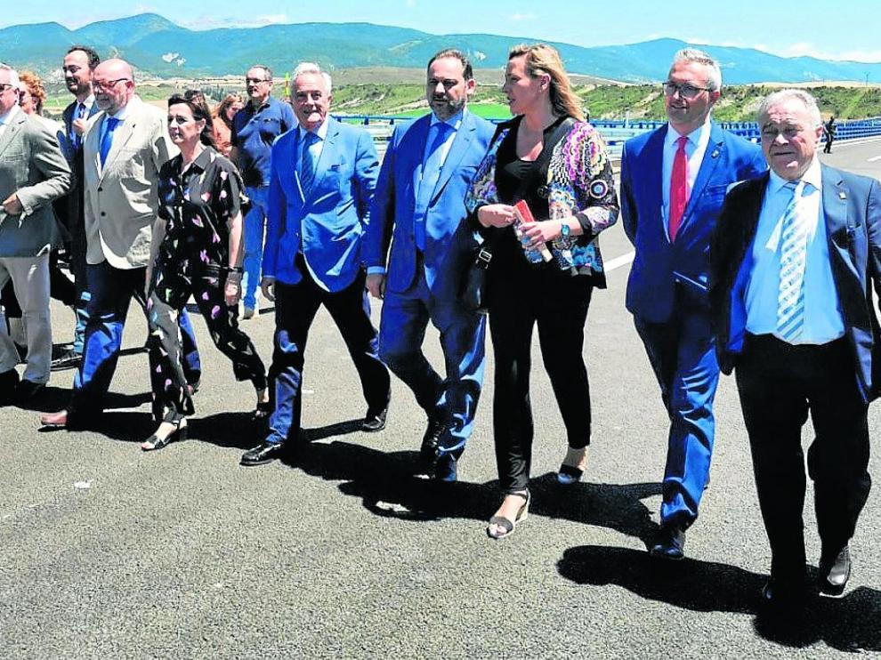 El ministro Ábalos paseó por el nuevo trazado junto al presidente de las Cortes, Javier Sada, y la consejera de Economía, Marta Gastón, además de otras autoridades aragonesas y de la provincia.