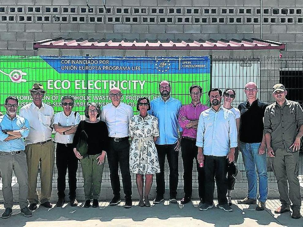 Visita de la delegación europea a la planta de Cariñena que genera hidrógeno.