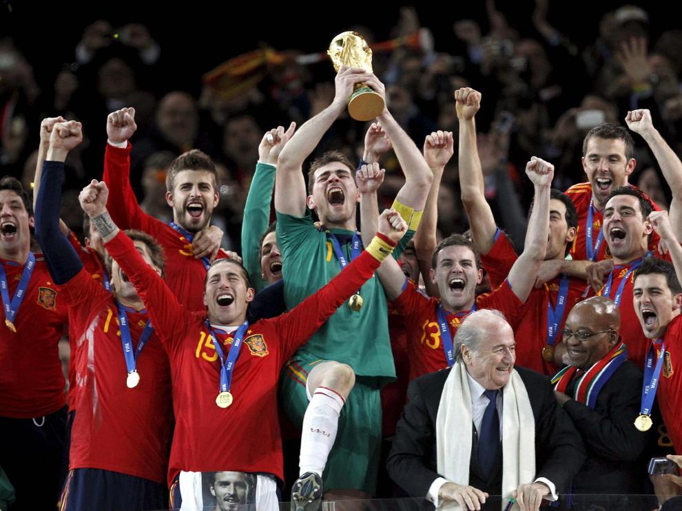 La Selección española alzando el trofeo del Mundial en 2010.