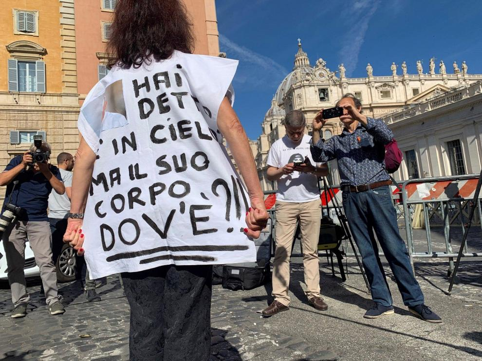 Una mujer se manifiesta junto al Vaticano, con motivo de la apertura de dos tumbas para buscar los restos de Emanuela Orlandi