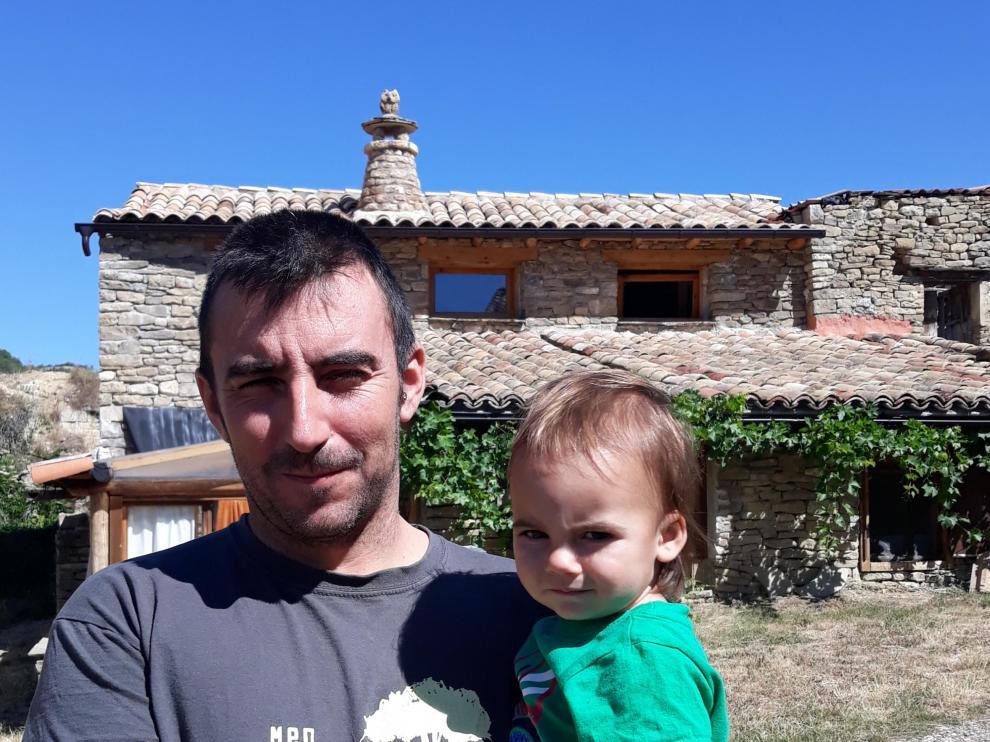 Iñaki Navarro y su hijo Gadiel, en los alrededores de su casa.