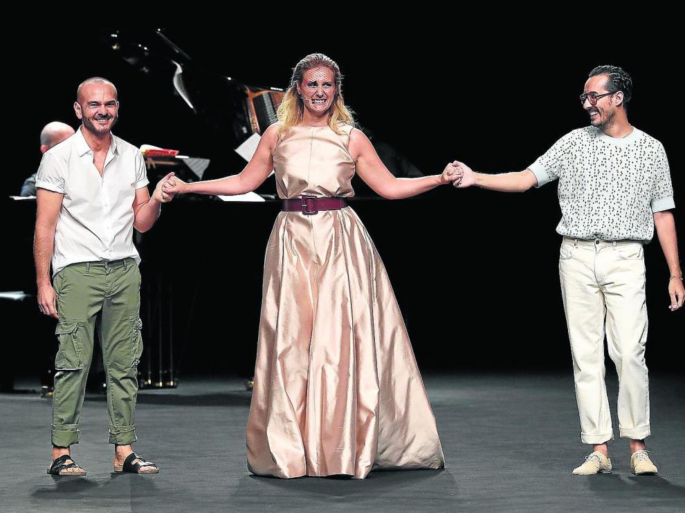 El aragonés Antonio Burillo -dcha.- y el cordobés Juan Carlos Fernández, de The 2nd Skin Co, junto a la soprano Mayca Teba.