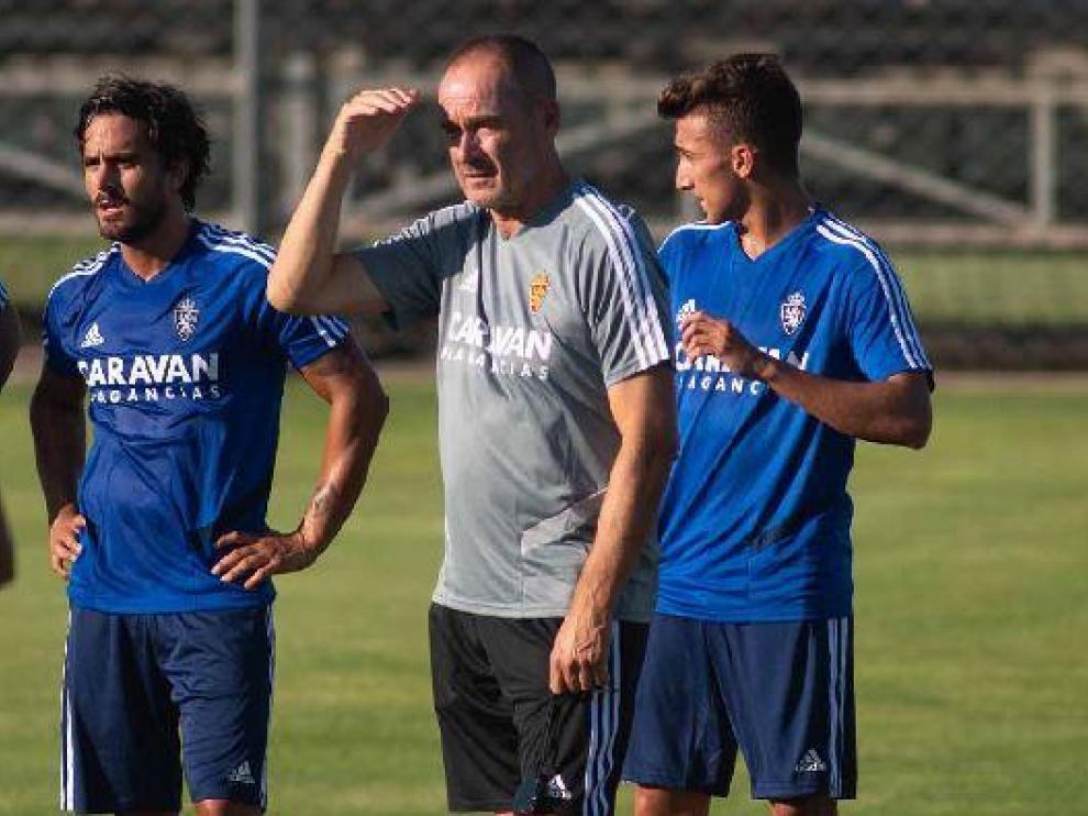 Víctor Fernández, junto a Javi Ros y el filial Baselga, en la Ciudad Deportiva.