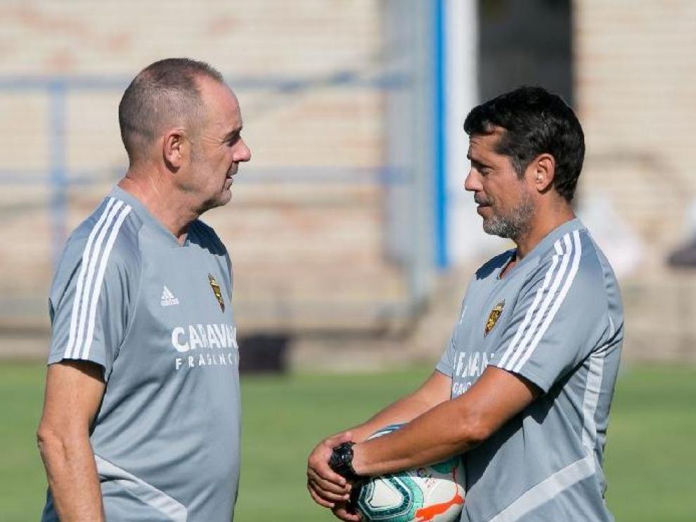 Víctor Fernández dialoga con su segundo, José Luis R. Loreto, en el entrenamiento matinal del Real Zaragoza, este viernes en la Ciudad Deportiva.