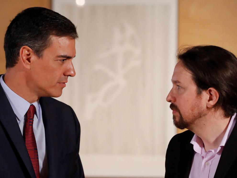 El presidente del gobierno Pedro Sánchez (i) y el líder de Podemos Pablo Iglesias, durante la nueva ronda de consultas
