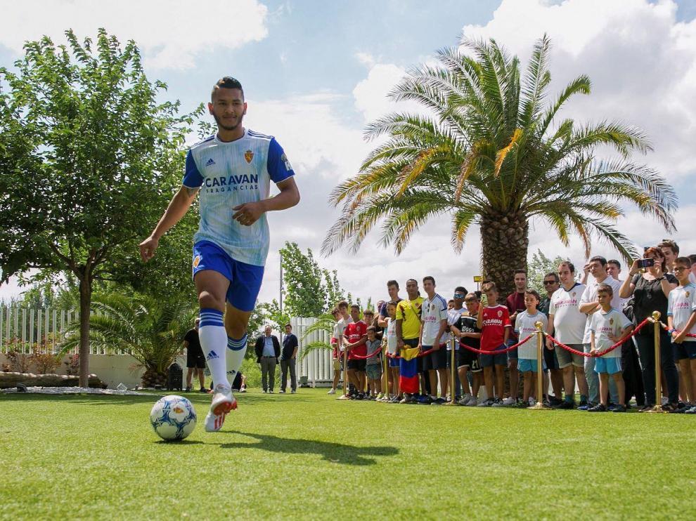 Luis Suárez, en el singular acto de presentación como nuevo delantero del Real Zaragoza, el pasado martes en el complejo Aura.