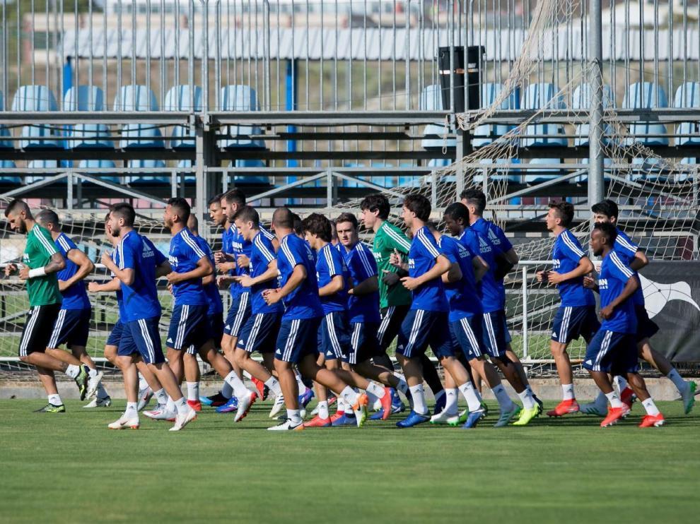 El amplio pelotón de jugadores que ha comenzado la pretemporada del Real Zaragoza en la Ciudad Deportiva (en la imágen, del jueves, faltan Zapater y Guitián, con problemas físicos, y Vigaray, que aún no había llegado)