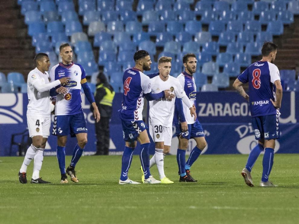 Blanco, con el número 30, en La Romareda el día de su debut con el primer equipo del Valencia, saluda a los jugadores del Ebro tras ganar 1-2 en la ida de la eliminatoria de Copa del Rey que enfrentó a los chés con los aragoneses.