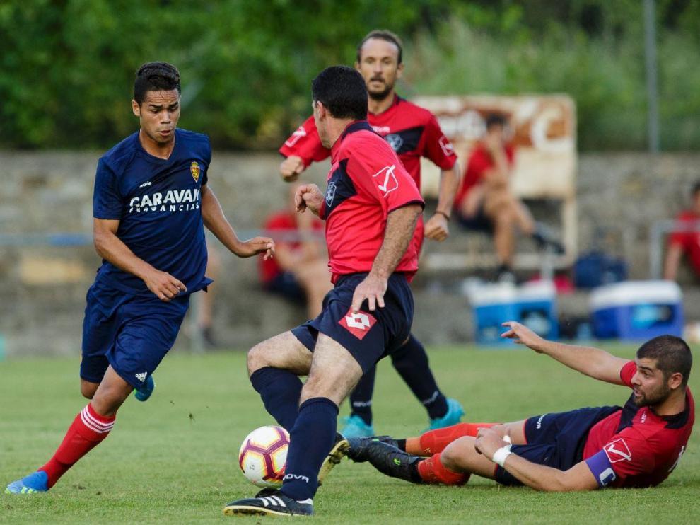 Un lance del juego durante el partido Boltaña-Real Zaragoza de julio del año pasado, durante la pretemporada que dirigió Imanol Idiakez en el verano de 2018. Raí (cedido ahora en el Ibiza) se marcha de varios contrarios.