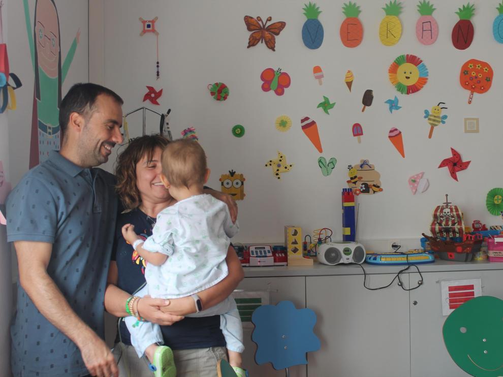 Beatriz, Miguel y Nora, una de las familias de Aspanoa, en el Hospital Infantil de Zaragoza.