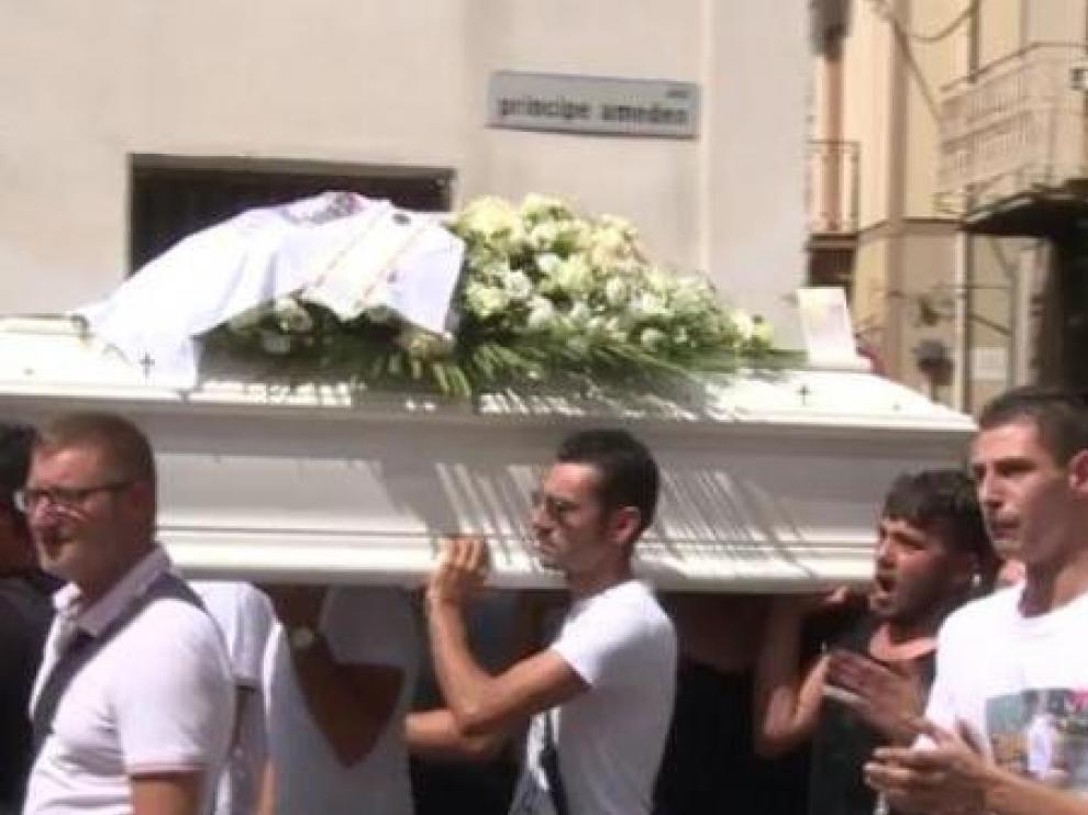 Funeral del niño que murió en Italia en un accidente de coche mientras su padre, que conducía, hacía un Facebook Live