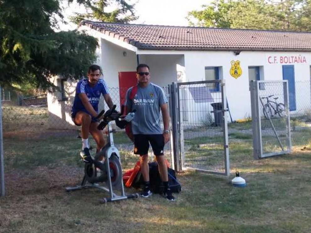 Alberto Guitián, junto con el doctor Ireneo de los Mártires, en la bicicleta estática que el central utiliza para mantener el tono muscular mientras se recupera de una operación de apendicitis.