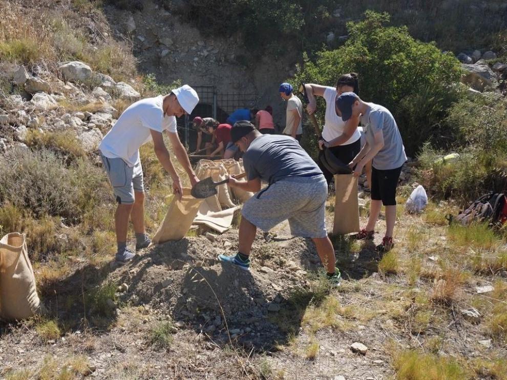 Los participantes en el campo de trabajo de Down Huesca en las trincheras de Fonz.