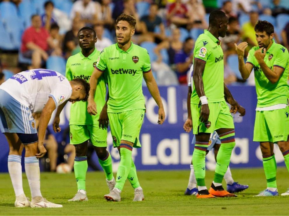 Dwamena, a la derecha de la imagen, recibe instrucciones de su compañero Coke en el Real Zaragoza-Levante de agosto del año pasado, en el Memorial Lapetra de La Romareda. En este lance, el exblanquillo Rochina (a la izquierda, en primer término) acababa de marcar el 0-1. Dwamena debutaba esa noche con los levantinistas nada más fichar procedente del Zurich suizo.