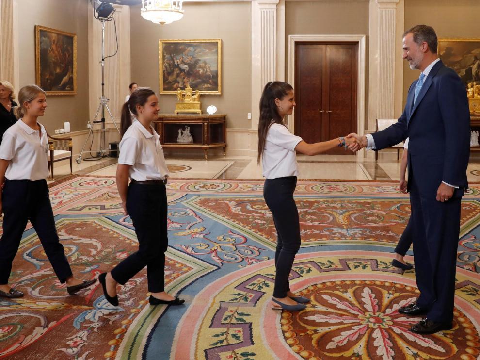 """El rey Felipe VI recibe en el Palacio de la Zarzuela a los ganadores del programa """"Becas Europa""""."""