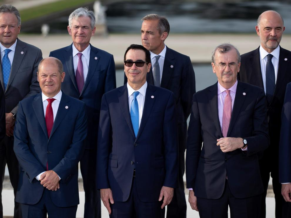 Chantilly (France), 17/07/2019.- US Secretary of Treasury Steven Mnuchin (C), German finance minister Olaf Sholz (L) and Governor of the Bank of France, Francois Villeroy de Galhau (R) poses with G7 Finance ministers and Central Bank Governors for a family photo during the G7 Finance Summit in Chantilly, France, 17 July 2019. (Francia) EFE/EPA/IAN LANGSDON G7 Finance Summit in Chantilly