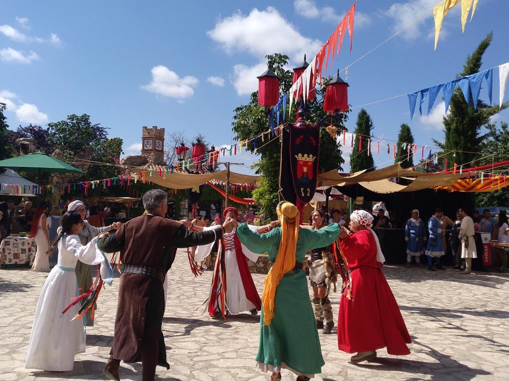 Danzas medievales en la plaza de Anento.