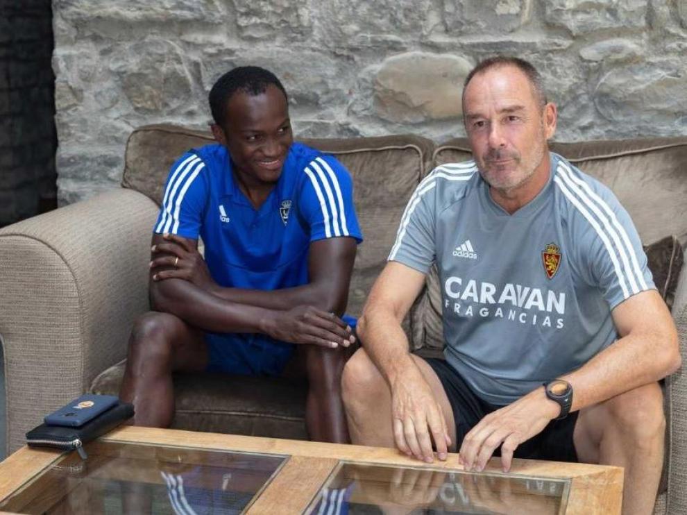 Raphael Dwamena, en un sofá del atrio del Hotel Barceló Monasterio de Boltaña, nada más llegar a la concentración del Real Zaragoza en el Pirineo Aragonés.