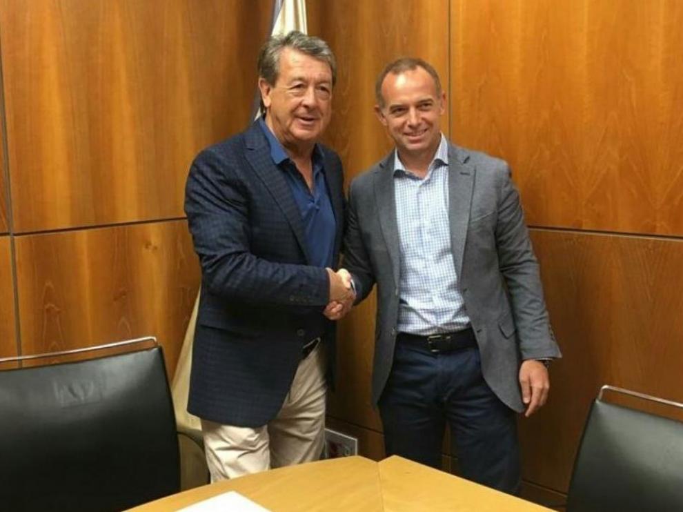 Jesús Navarro (izda.) y Christian Lapetra, presidentes del CD Ebro y del Real Zaragoza, respectivamente, tras la firma del acuerdo en las oficinas zaragocistas en La Romareda.
