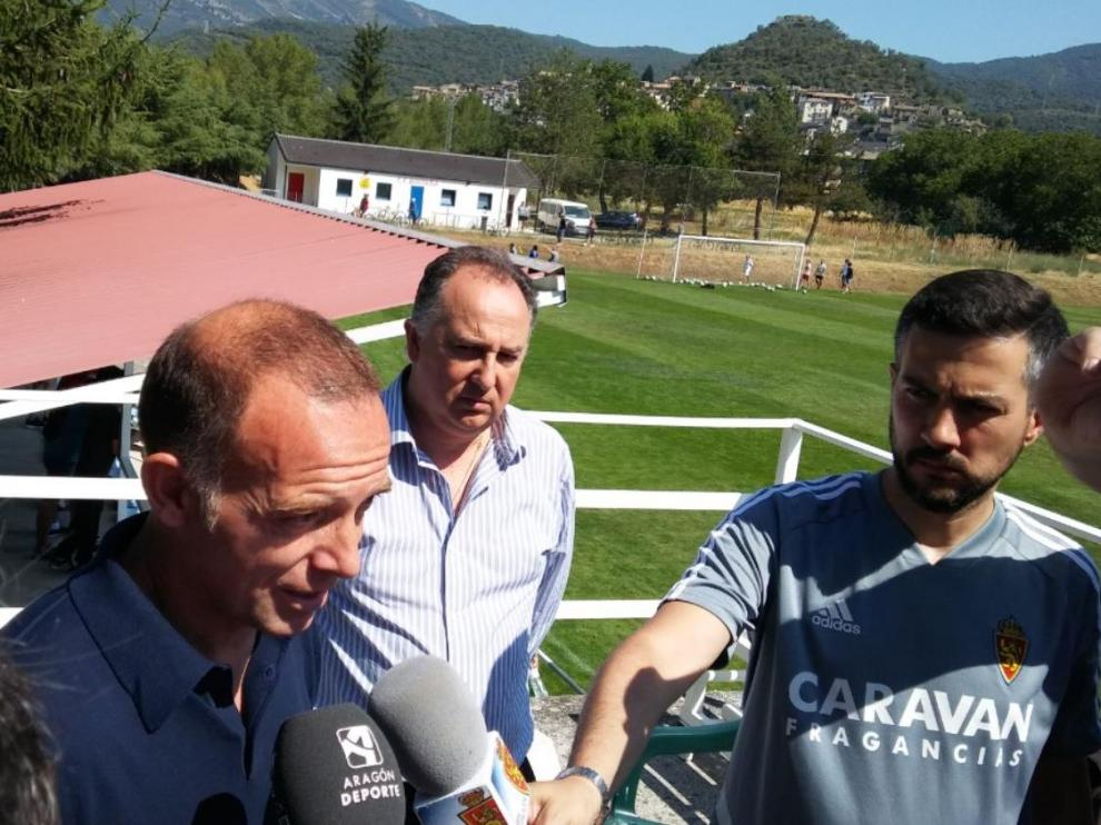 El presidente Christian Lapetra, en el campo de Boltaña, atendiendo a los medios de comunicación este viernes.
