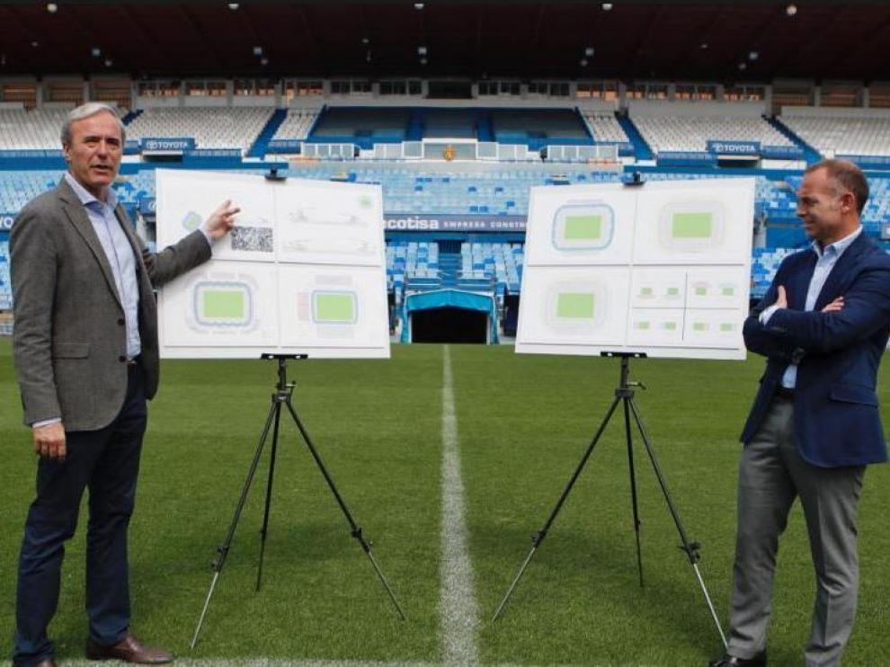El alcalde de Zaragoza, Jorge Azcón, junto al presidente del Real Zaragoza, Christian Lapetra, en el césped de La Romareda durante la presentación del plan de remodelación del estadio antes de las pasadas elecciones municipales.