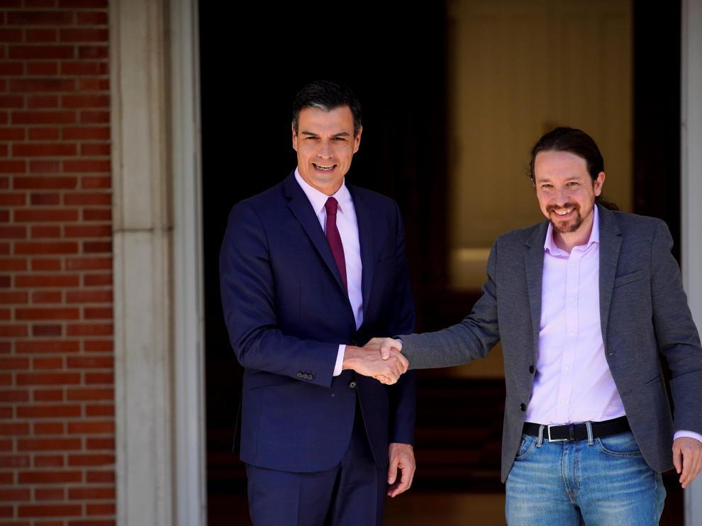 Pedro Sánchez se estrecha la mano con Pablo Iglesias durante su encuentro en La Moncloa.
