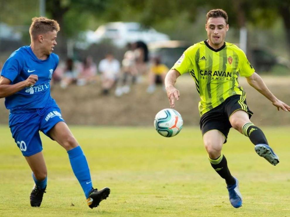 Lasure, en un lance del juego durante el partido Peña Ferranca-Real Zaragoza en la tarde de este viernes en Boltaña.