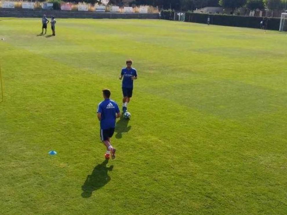 Eguaras, con el balón, en el inicio de los ejercicios en los que el navarro se probó este domingo para comprobar si su tobillo izquierdo está ya bien.