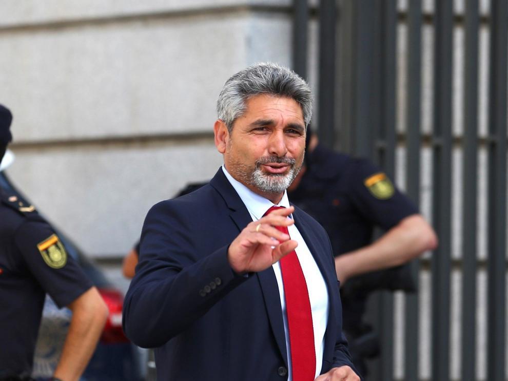 El diputado del PP por Huelva Juan José Cortés, a su llegada este lunes al Congreso para la celebración este lunes de la primera jornada del debate de investidura que afronta el líder socialista Pedro Sánchez