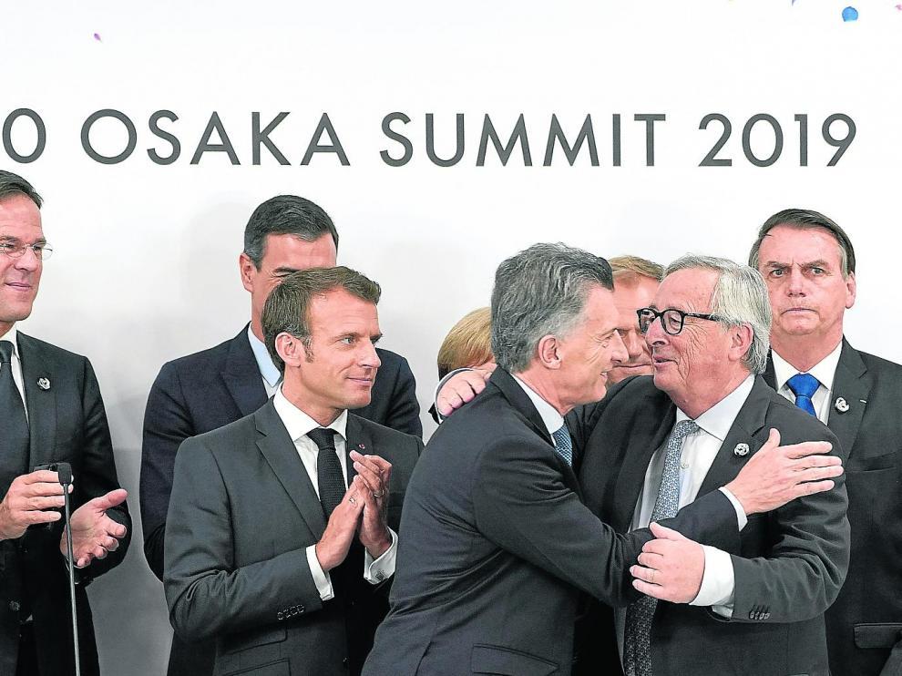El expresidente de la CE, Jean-Claude Juncker, y el presidente argentino, Mauricio Macri, celebran el acuerdo UE-Mercosur.