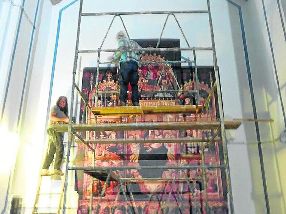 Montaje del vinilo en la iglesia de Puertomingalvo.