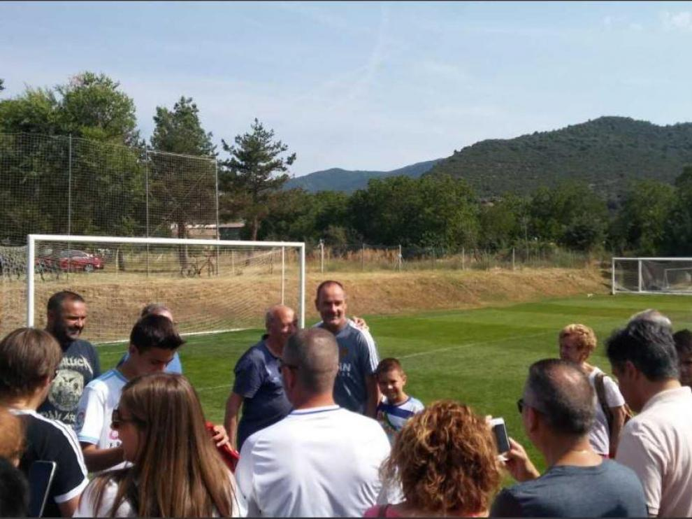 Víctor Fernández, en una sesión improvisada de fotos con los aficionados del Real Zaragoza al término del entrenamiento del domingo en el campo de Boltaña.