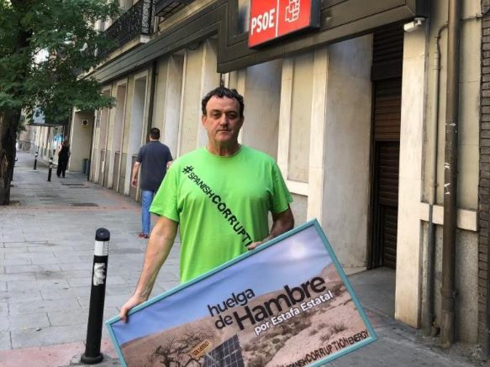 El actor César Vea, frente a la sede del PSOE, en la calle Ferraz.