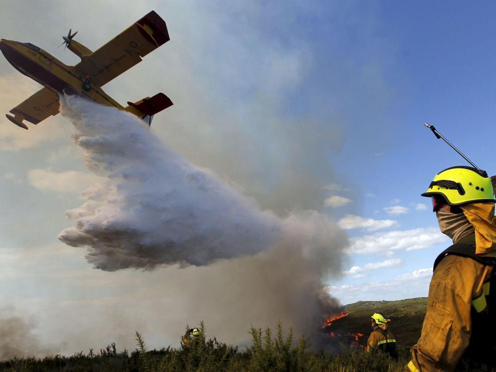 En la extinción de los grandes incendios forestales intervienen medios aéreos y terrestres de distintas administraciones.