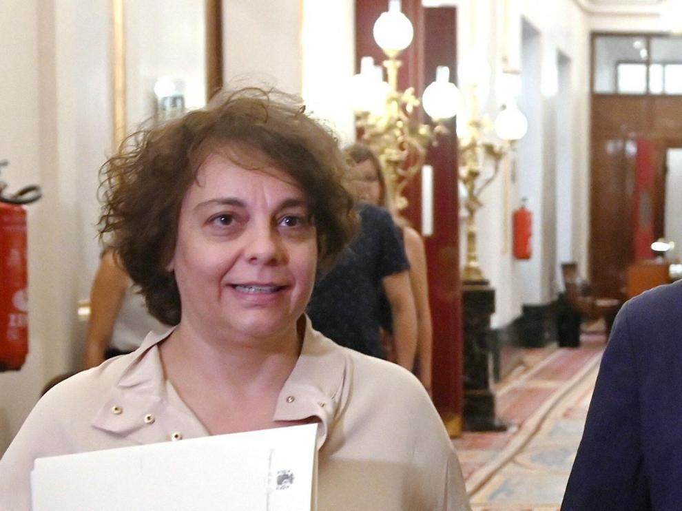 La vicepresidenta primera del Congreso de los Diputados, la diputada 'morada' Gloria Elizo, a la izquierda.