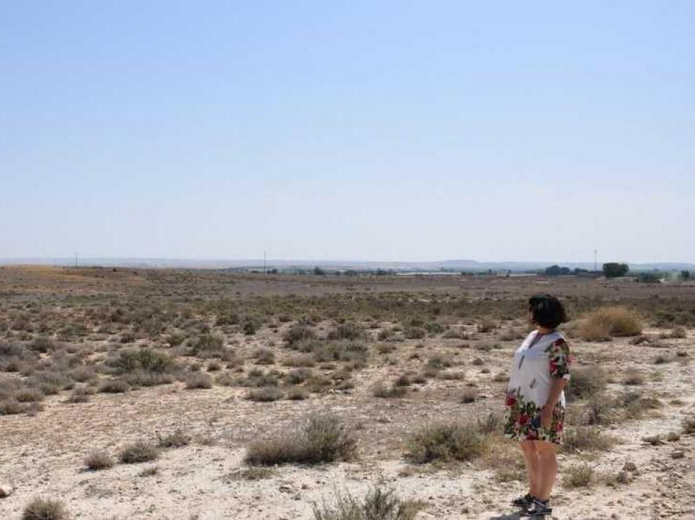 La alcaldesa de La Almunia en los terrenos donde se colocará la planta.
