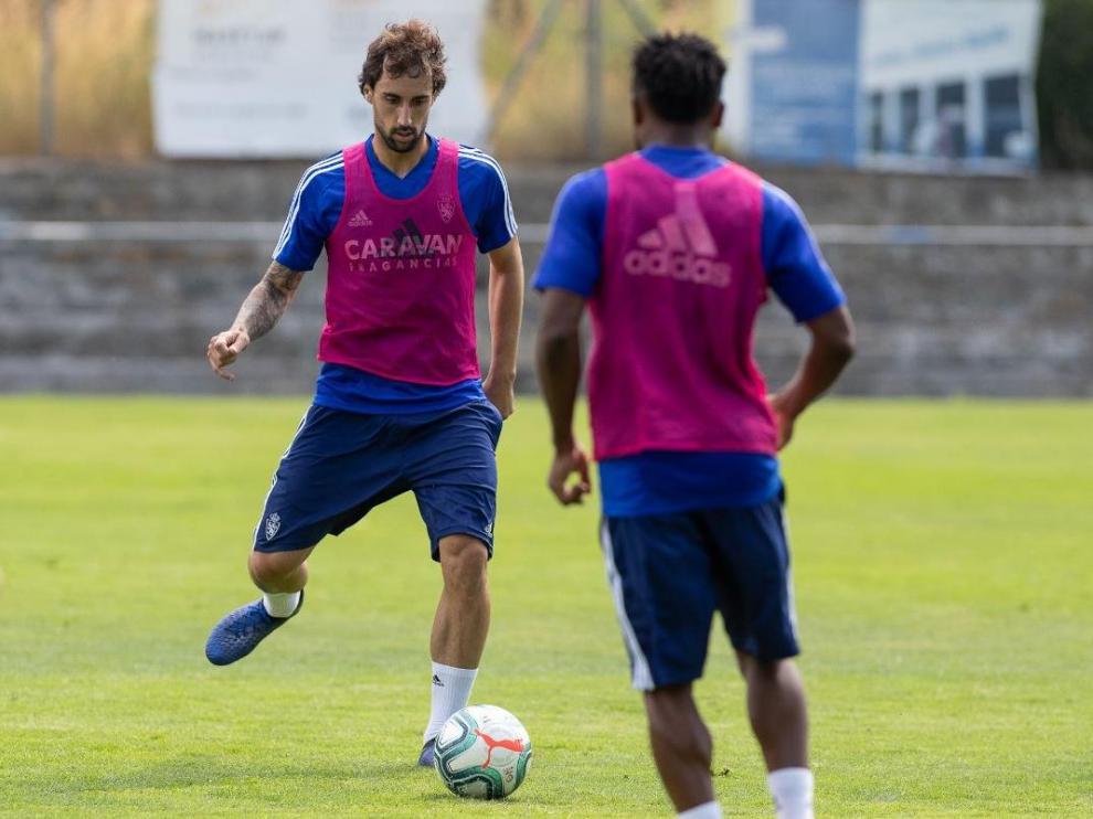 Íñigo Eguaras, con el balón, en el último entrenamiento en Boltaña.