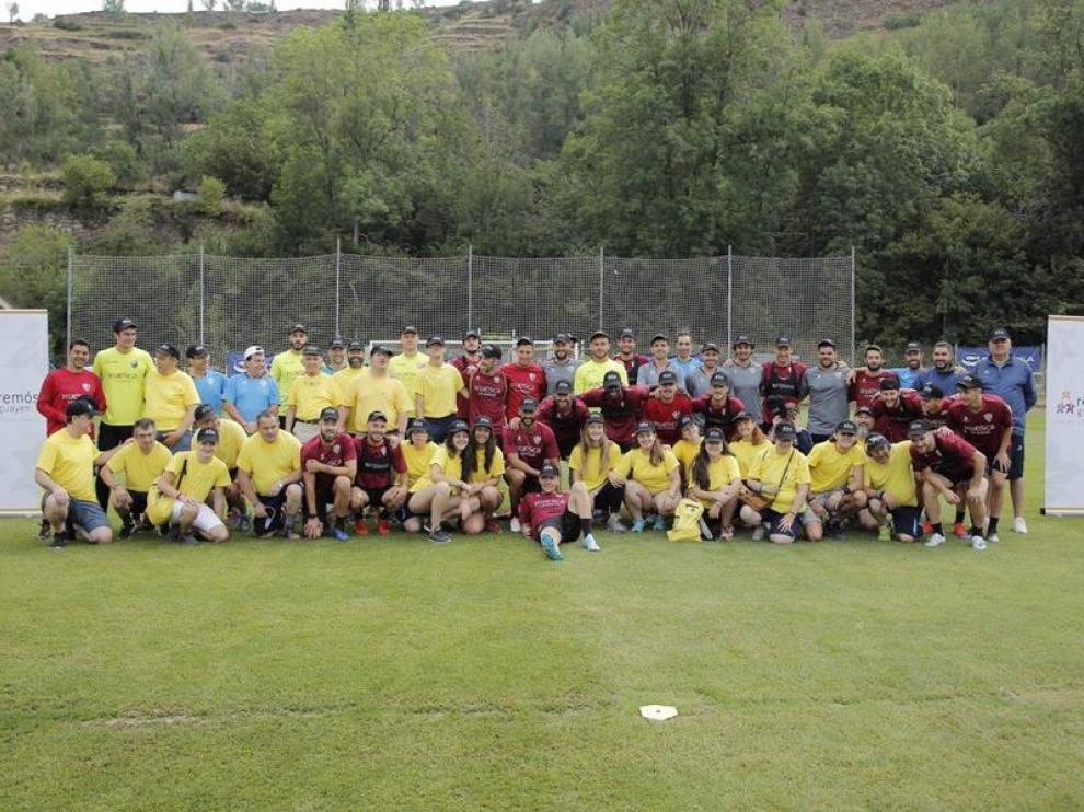 La plantilla de la SD Huesca, junto a los usuarios de la asociación El Remós.