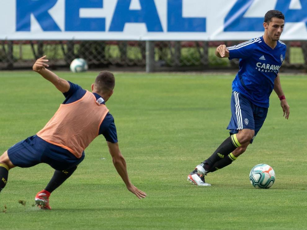El central del filial Jesús Álvarez, de azul, jugando como titular en la defensa del Real Zaragoza en el partido del pasado jueves ante el RZD Aragón (victoria por 3-0 del primer equipo).