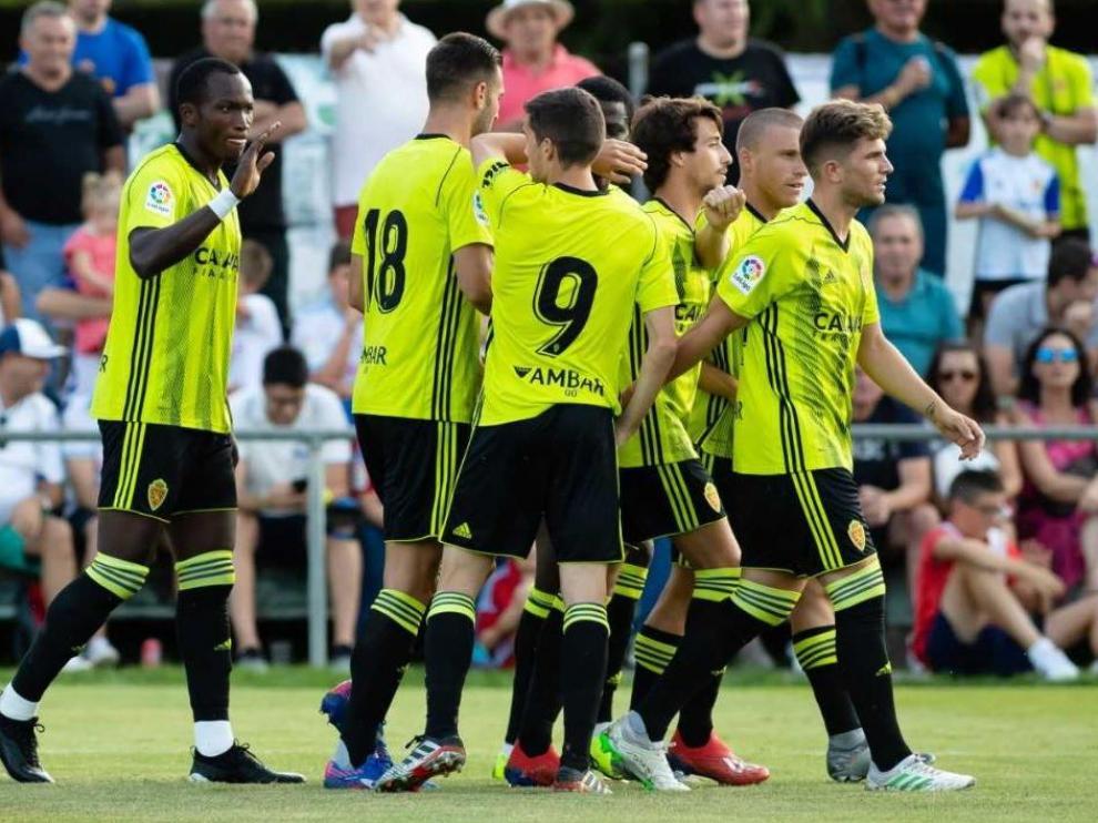 Dwamena, a la izda. tras celebrar con Atienza, Soro ,Bikoro, Delmás, Biel y Guti uno de sus goles a la Peña Ferranca, que fueron hasta 5.