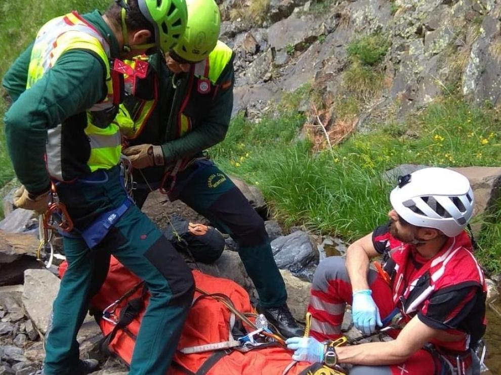Imágenes de la operación de rescate de un montañero en el ibón de Escalar.
