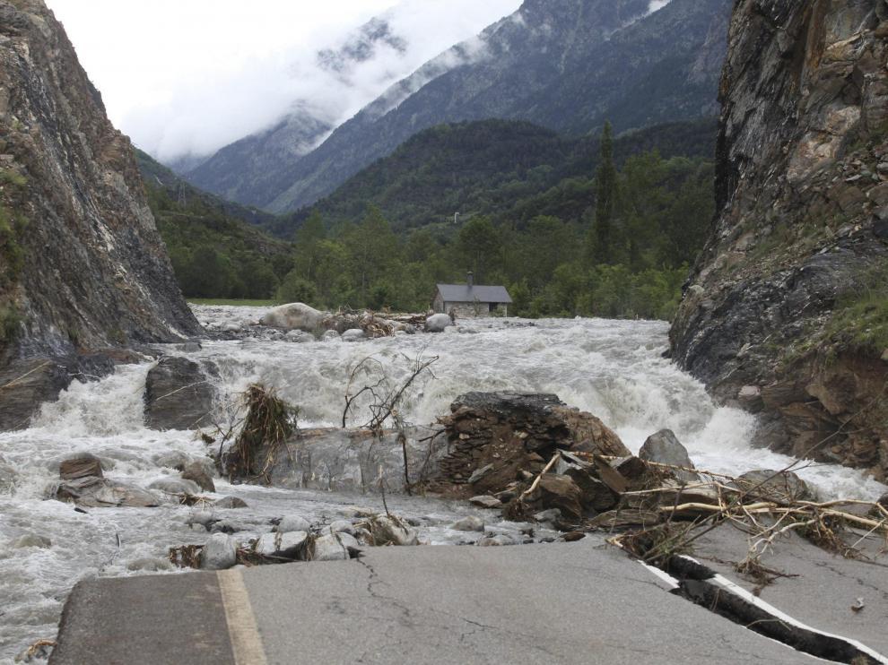 La carretera de acceso a Cerler, durante las inundaciones de junio de 2013 en Benasque. Ese tramo del río Ésera es uno de los que ha pasado a ser considerado área con riesgo potencial significativo de inundación (hasta ahora no lo era).