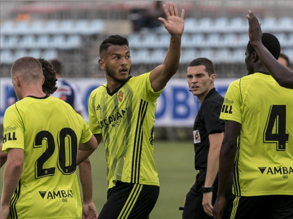 Los jugadores del Real Zaragoza, con Luis Suárez en el centro de la celebración, tras un gol de los anotados este sábado ante el Ebro en el amistoso a puerta cerrada jugado en la Ciudad Deportiva.