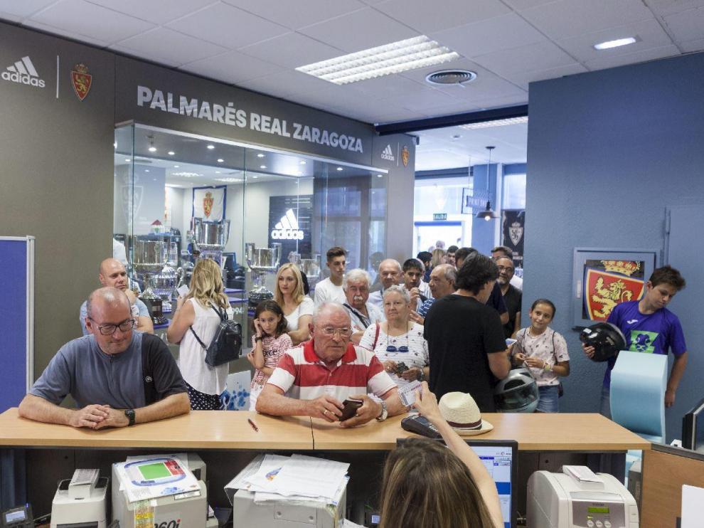 Filas en las oficinas del Real Zaragoza al inicio de la actual campaña de abonados